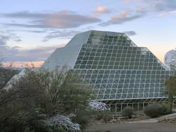 隔離環境での生活研究が可能な米アリゾナ州の巨大施設「バイオスフィア2」(山敷庸亮・京大総合生存学館教授提供)