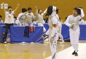 フェンシング女子団体で埼玉栄(手前)を下して優勝を決め、喜ぶ聖霊女短大付=霧島市の牧園アリーナ