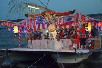 船の上の舞台で行われた広浦あんばまつり=茨城町下石崎