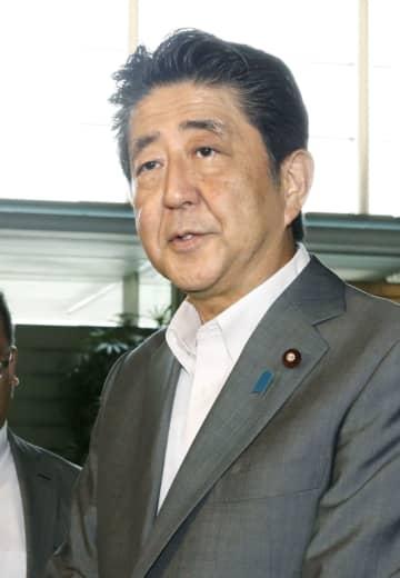 北朝鮮による飛翔体発射について取材に応じる安倍首相=31日午前、首相官邸