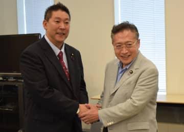参院会派「みんなの党」を結成し、握手する渡辺氏(右)と立花氏=30日午前、国会内