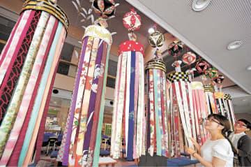 「一日も早く家族の元に」との願いが込められた七夕飾り=29日、仙台市福祉プラザ
