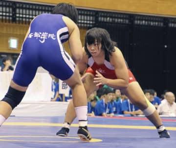 女子62キロ級で優勝した至学館・稲垣柚香(奥)=玉名市総合体育館