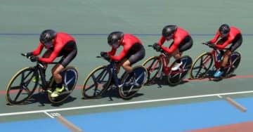 自転車男子4000メートル団体追い抜きで4位に入った岡山工の(左から)橋本、吉房、小西、柏野=沖縄県総合運動公園自転車競技場