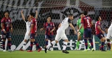 前半7分、2失点目を喫し立ち尽くすファジアーノ岡山のチェ・ジョンウォン(20)広木雄磨(2)ら=シティライトスタジアム