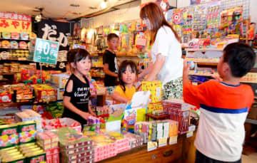 復活した「だがし屋さん」でお菓子を選ぶ子どもたち=唐津市呉服町