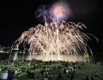 夜空を彩る花火(30日、和歌山県白浜町の白良浜で)