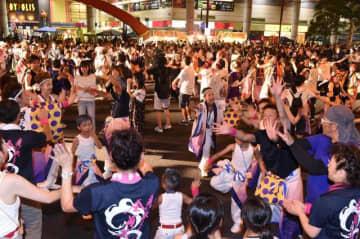 まつりのクライマックスとなる総おどり。踊り連と沿道の観衆が一体となり、会場は熱気に包まれる(2018年の会場から)