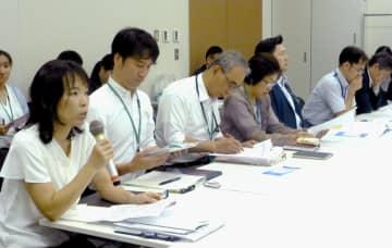 厚労省と文科省の担当者に、無償化適用を求める朝鮮学校や幼稚園類似施設の関係者ら=2日午前、国会