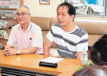 引きこもりの子どもがいる保護者らの居場所として月1回開いているサロン。参加者の悩みを聞く神田弘法会長(左)と加嶋文哉代表=7月20日、津久見市