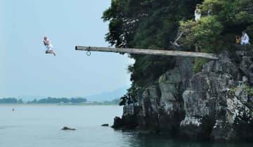 夏空の下、合掌しながら琵琶湖に飛び込む修行僧(1日午後0時41分、近江八幡市白王町)