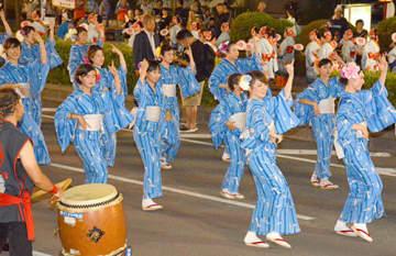 2000人超が参加し、熱気あふれる踊りを披露した「酒田湊・甚句流し」=酒田市