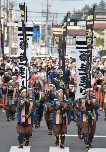 のぼり旗を掲げて練り歩く武者行列の児童=午後5時10分、大田原市
