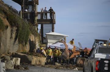 崖崩れ現場で捜索活動をする救助隊員ら=2日、米カリフォルニア州エンシニタス(AP=共同)