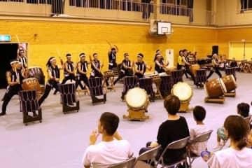 迫力あふれる演奏を繰り広げる芥川高和太鼓部のメンバー