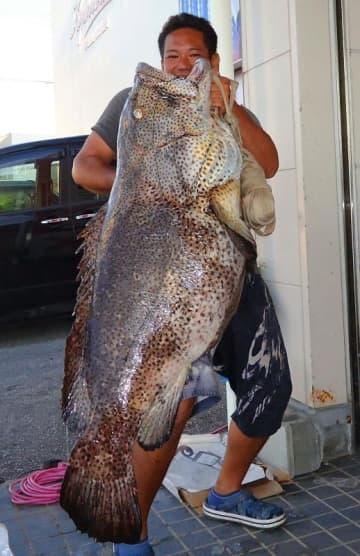天仁屋崎で118.5センチ、36.2キロのアーラミーバイを釣った仲村直さん=7月27日