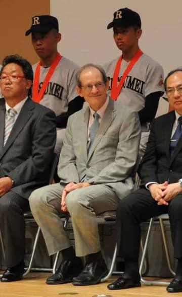 立命館宇治高で1日に開いた硬式野球部の壮行会で笑顔を見せるチャールズ・フォックス校長(宇治市広野町)