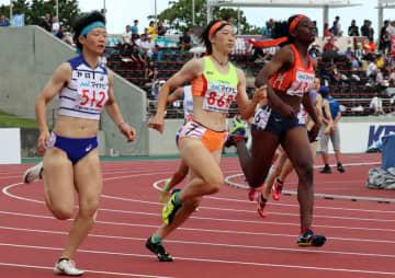 女子400メートルで2位に入った西京の吉岡(中央)=沖縄市・タピック県総ひやごんスタジアム