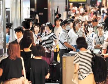 地震でダイヤが乱れ、新幹線改札口は駅員に状況を尋ねる利用者で混雑した=4日午後8時15分ごろ、JR仙台駅