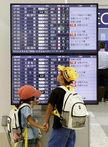 台風8号の影響で欠航した便を知らせる福岡空港の掲示板=6日午前6時31分