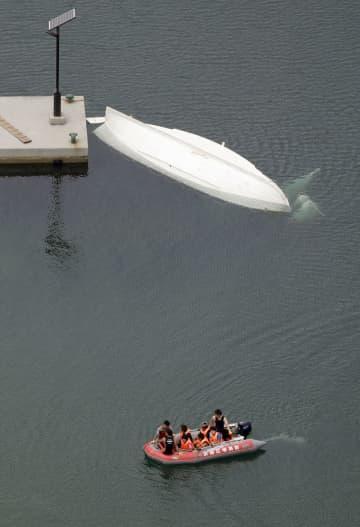転覆した神戸大のボートとみられる船(上)と消防のゴムボート=6日午前11時35分、兵庫県洲本市(共同通信社ヘリから)