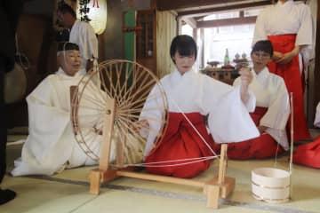 「初紡式」で糸を紡ぐ東本舞さん(手前右)=7日、徳島県美馬市