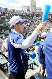 8回裏、霞ケ浦の攻撃を応援する芳賀太陽主将の父研二さん=甲子園球場