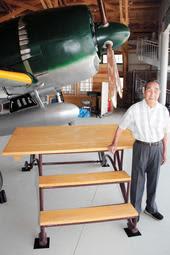 修理されて生まれ変わった整備台を紹介する小谷裕彦さん=加西市鶉野町