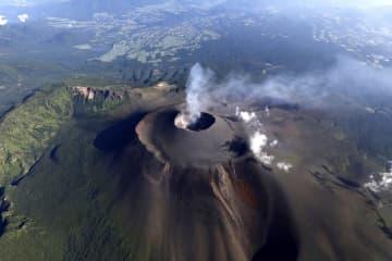 小規模噴火が発生した浅間山=8日午前7時10分、群馬、長野県境(共同通信社ヘリから)