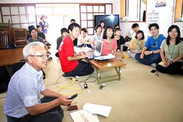 大平地区公民館で地域の課題などについて説明を受ける学生ら