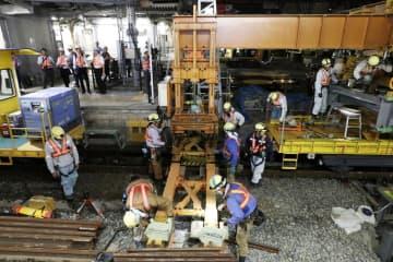 リニア中央新幹線名古屋駅地下ホーム建設のため設置される、在来線の線路を支える工事用橋桁=8日未明、名古屋市