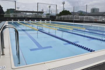 夏休み中、プール開放の中止が決まった高知市立小のプール=7月