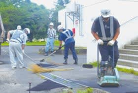 ボランティアで補修作業を行う社員ら