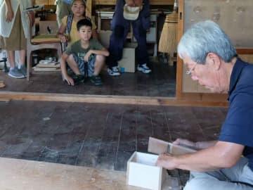 桐箱を製作する様子を見学する参加者たち(京都府南丹市八木町・木村桐箱)