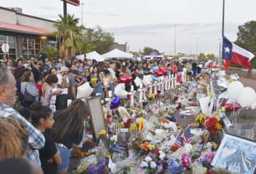 銃乱射の現場近くで犠牲者を追悼する人ら=6日、米テキサス州エルパソ(共同)