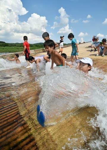 「観光やな」で水遊びする子どもたち=9日午後2時15分、那須烏山市滝田