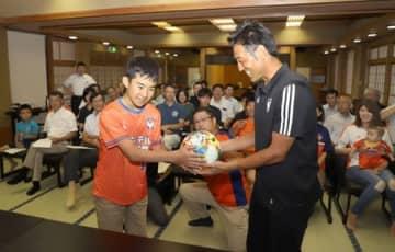 関川村後援会が発足し、村民がアルビの選手らと交流した設立総会=関川村湯沢