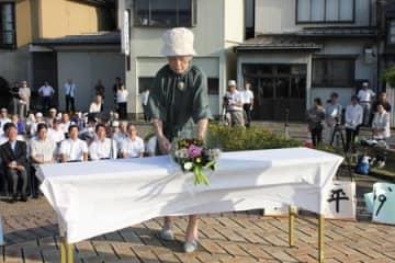 直江津捕虜収容所跡地で開かれた平和の集い。戦争の犠牲者を悼み、献花した=10日、上越市