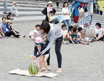スイカ割りなど多彩な催しを繰り広げたヒスイ海岸サマーフェスティバル=宮崎海岸