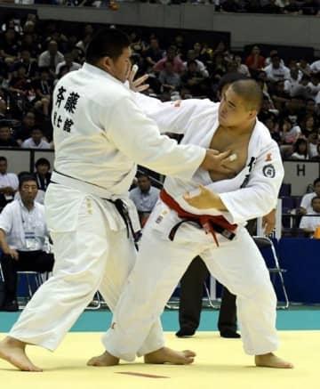 柔道男子個人100キロ超級の決勝で攻める作陽の高橋翼(右)=鹿児島アリーナ