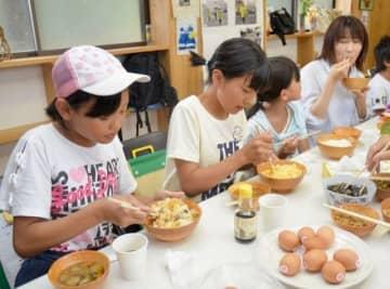 卵かけご飯を味わう参加者たち