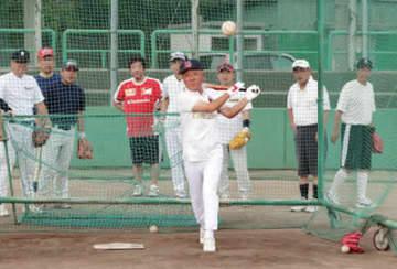 蛇田さん(右から2人目)が見守る中、打撃練習に取り組むOB=桜井高校グラウンド