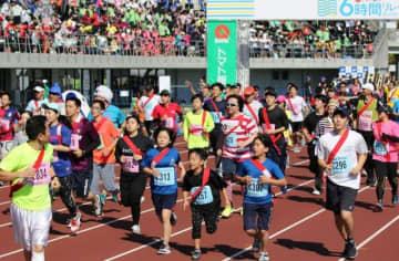 昨年の6時間リレーマラソン岡山大会=シティライトスタジアム