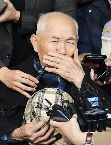 韓国徴用工訴訟で勝訴が確定し、記者団の取材に応じ涙を流す原告の李春植さん=2018年10月、ソウル(共同)
