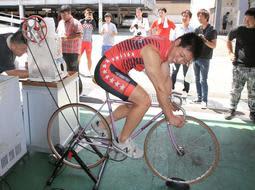 ファンのため、自転車をこいでかき氷を作る競輪選手=姫路市飾磨区英賀