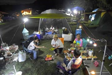 キャンプを楽しむ家族連れ=13日午後7時45分、茂木町飯野