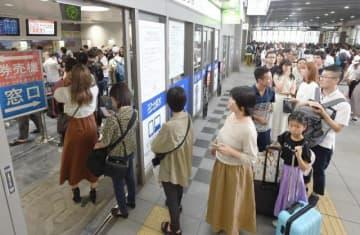 チケットの変更などのため、切符売り場に長い列をつくるJR岡山駅の利用客=14日午後2時39分