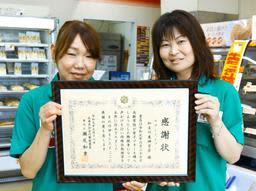 特殊詐欺を防いだ西川昌美さん(右)と柴田清美さん=加古川市東神吉町