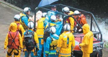 孤立していた子どもを助け出す県警、消防の救助隊員=15日午前9時9分、玖珠町日出生の大谷渓谷