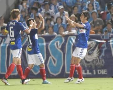 【横浜M-横浜FC】前半、先制点を決め喜ぶ中川(右)=ニッパツ